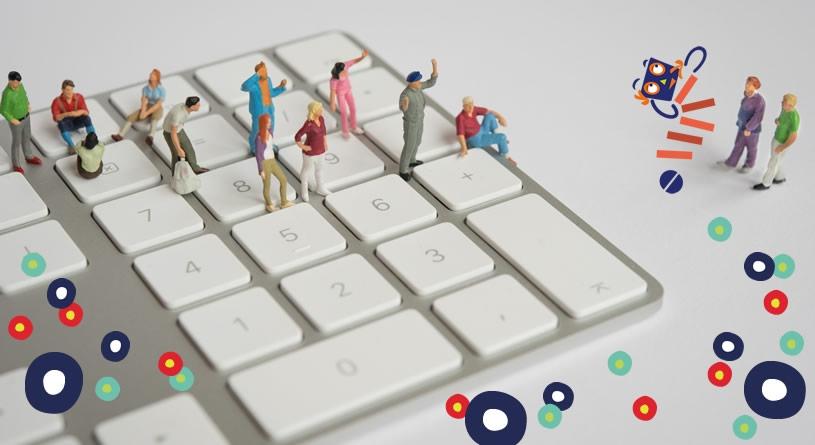Miniaturfiguren auf einer Computertastatur