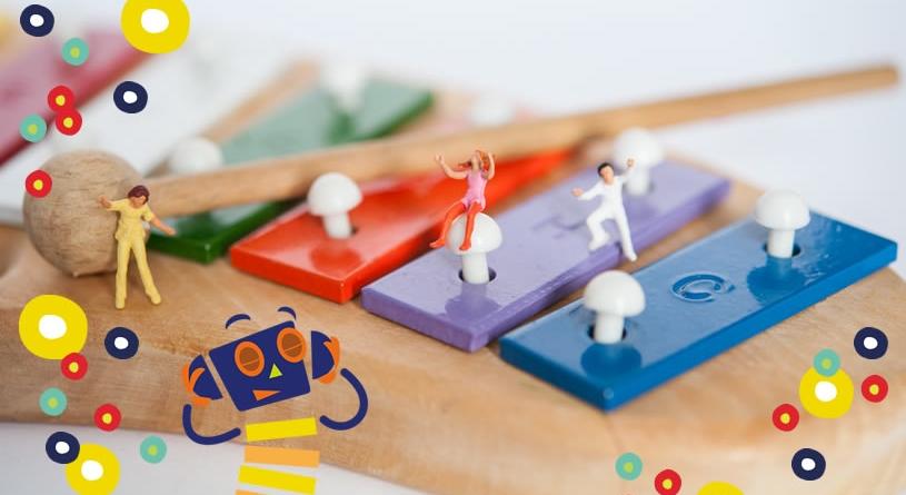 Miniaturfiguren auf einem bunten Xylofon